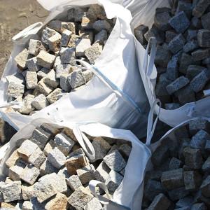 Kostki granitowe w torbie